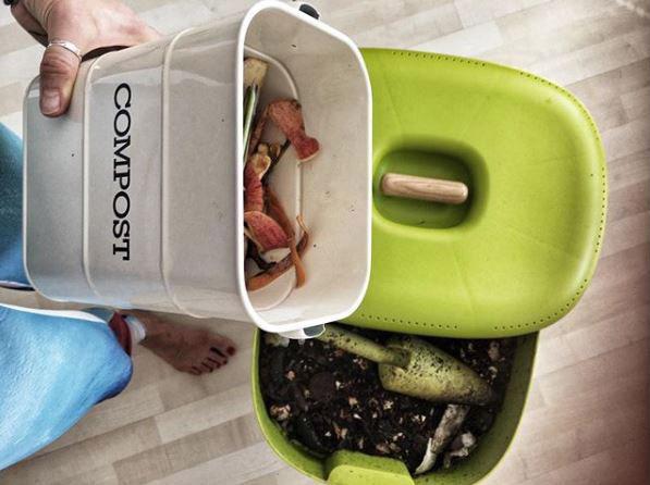 Adriana Špronglová kompostuje