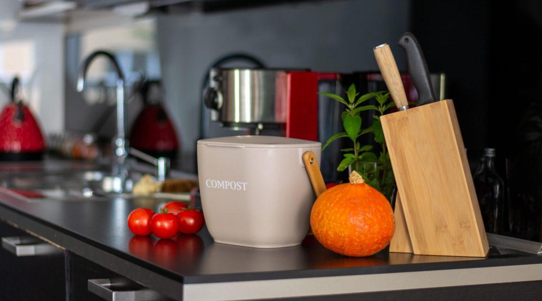 Hľadáte spôsoby, ako kompostovať v byte? V našom článku vás nasmerujeme tým správnym smerom.