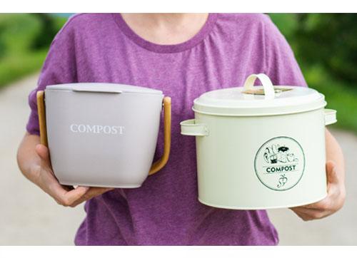Ako správne kompostovať? Separujte bioodpad do košíka na bioodpad, nech začne nahnívať.