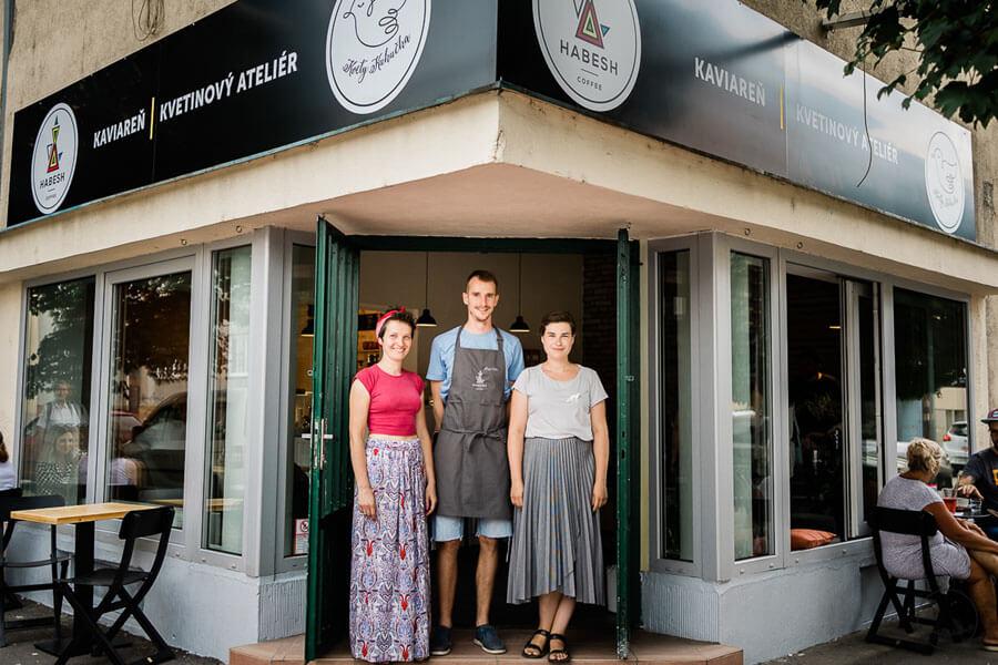 Martin z Habesh Coffee a dievčatá z Kvety Kukučka pred novou kaviarňou